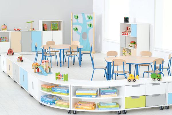 Sala przedszkolna wyposażona meblami Quadro w tonacji błękitno-białej