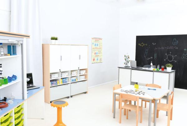 Klasa szkolna wyposażona w meble z kolekcji Quadro sprzyjająca nauce i pracy grupowej