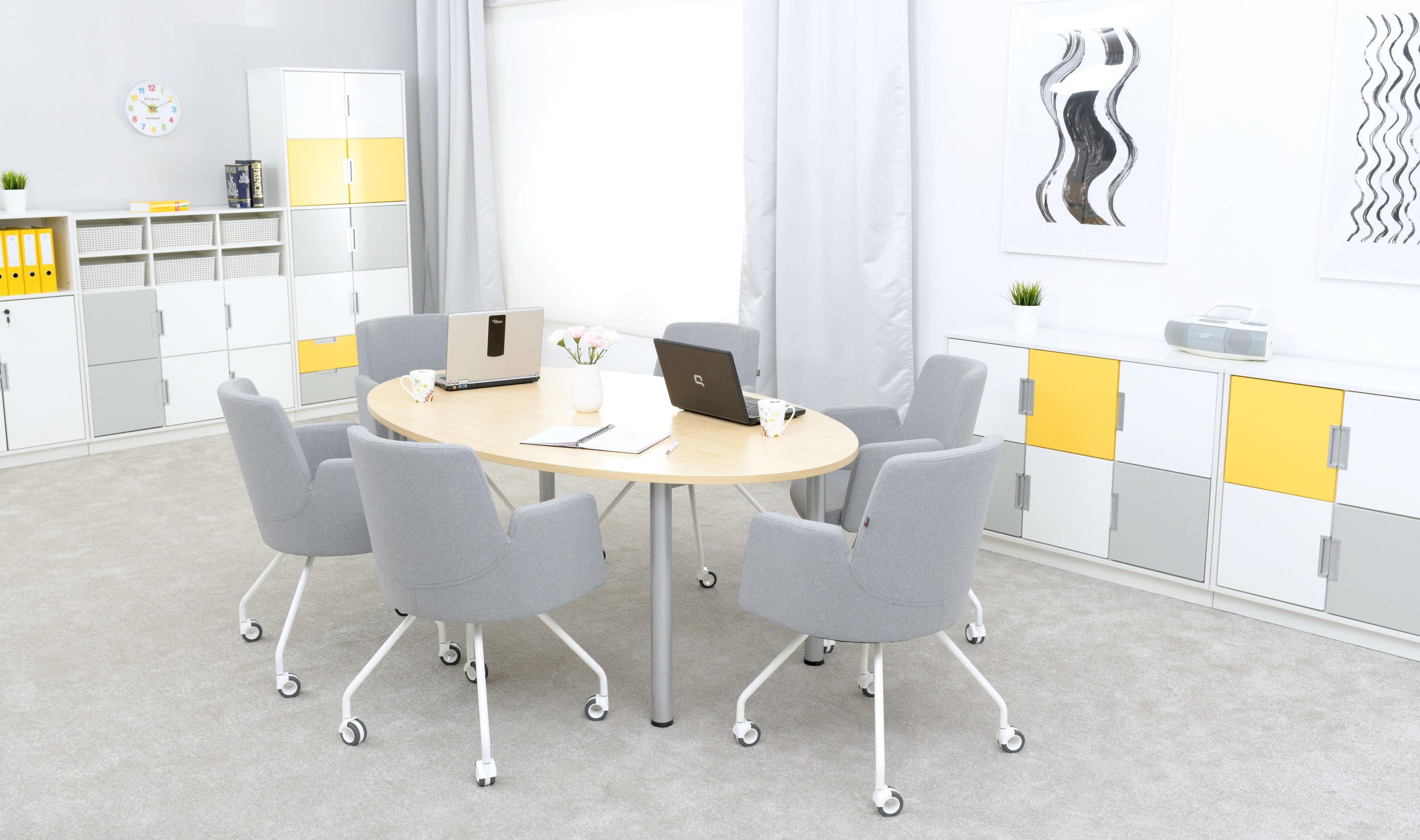 Pokój nauczycielski z dużym stołem i meblami z kolekcji Quadro